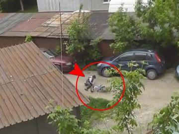 Cum a speriat Nelson Mondialu' un biciclist! Tanarul a cazut pe strada – Reactia lui a fost fabuloasa – Video!