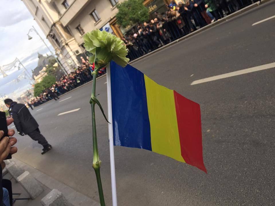 Simona Gherghe, gest neaşteptat în timp ce Regele Mihai este condus pe ultimul drum! Fanii au fost surprinşi