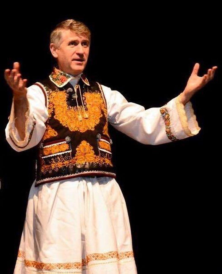 Cristian Pomohaci si-a batut joc de un fost presedinte al Romaniei! Vezi cum si-a botezat fostul preot un berbec care seamana cu un politician celebru!