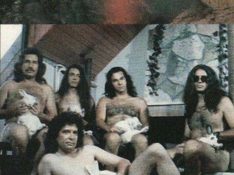 Dan Bittman, gol, cu iepurasul de Paste in dreptul organelor genitale! A fost cea mai proasta coperta de album din istoria muzicii romanesti