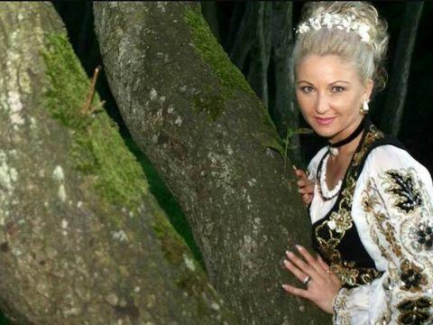 """Stana Izbasa e criticata ca poarta fuste mini la 48 de ani: """"Te reprezinta mai bine costumul popular!"""""""