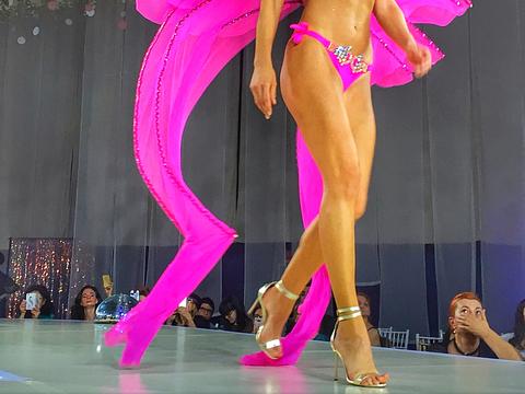 Claudia Neghina, mireasa colectiei costumelor de baie create de Anda Adam!
