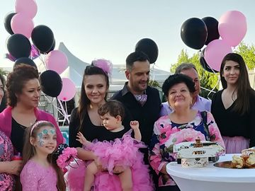 Surpriza zilei pentru fetita Cristinei Siscanu si a lui Madalin Ionescu! Micuta Petra a avut un tort numai pentru ea! Iata ce a facut cu el, intr-un videoclip savuros!