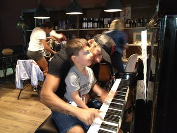 """La asta chiar nu te asteptai! Ionut """"Jaguarul""""  a cantat la pian pe aeroportul din Madrid! Demonstratie de virtuozitate pentru finalistul Exatlon VIDEO EXCLUSIV"""