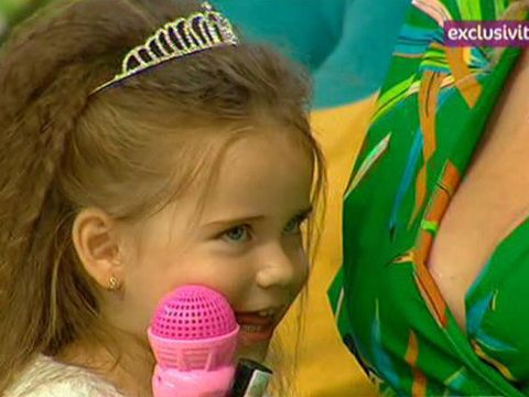 Fetita Sanzianei Buruiana are doi ani, dar se machiaza si poarta extensii! Mamica ei ar vrea sa o duca la concursuri de frumusete