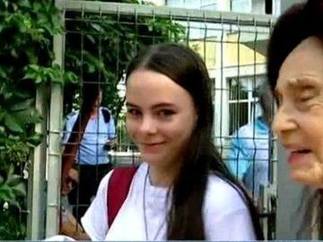 Adriana Iliescu tot mai trista! Dupa contestatie, Eliza Iliescu ar putea sa piarda si sansa de a ajunge la liceele pe care si le doreste! Fetei celei mai batrane mame i-a scazut media la Evaluarea Nationala