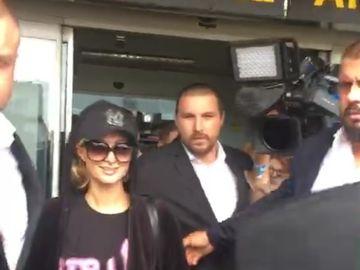 Primele imagini cu Paris Hilton in Romania! Ce s-a intamplat cu blondina pe aeroportul din Otopeni?