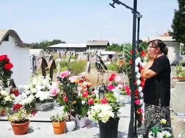 """Imagini cutremuratoare cu mama Denisei Manelista. Geta Marian plange la mormantul fiicei ei. """"Unde ai plecat, fetita mea?"""" A trecut un an de la decesul artistei EXCLUSIV"""