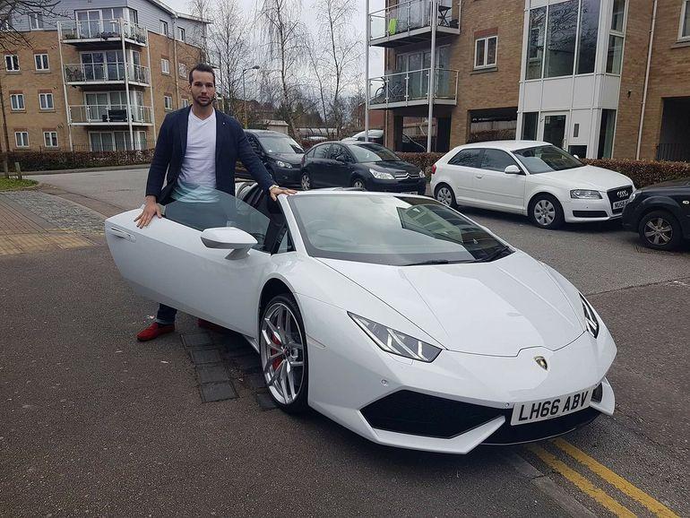 """Tristan Tate si-a calcat  telefonul de 2.000 de euro cu masina, pentru ca nu i-a placut cum functioneaza: """"A fost mai distractiv decat sa-l arunc la gunoi"""" VIDEO"""