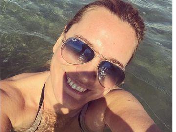 Andreea Esca, cea mai sexy imagine! Cum arata vedeta tv, la 45 de ani, in costum de baie! FOTO