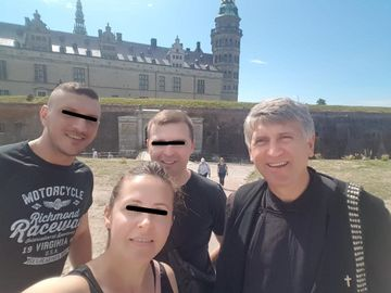 Cristian Pomohaci, vacanta in Danemarca! Cantaretul a vizitat Copenhaga in haine preotesti
