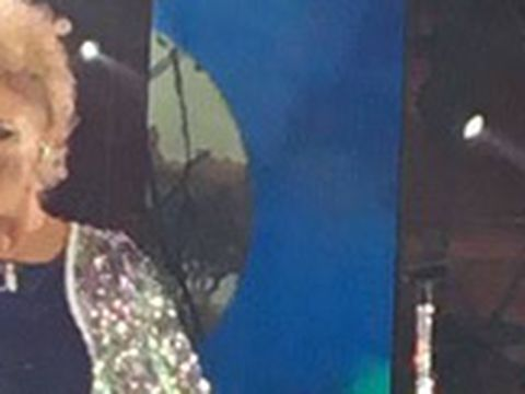 Scandal la Cerbul de Aur! Delia s-a suparat dupa concertul sustinut in Piaţa Sfatului si a plecat vociferand VIDEO
