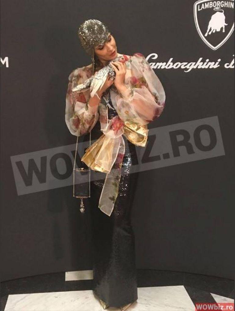 Imagini dementiale cu Iulia Albu si cocosul ei la un eveniment de cinci stele de la Palatul Regal. Uite ce bijuterii a purtat inaripatul, cum il cheama si cat a costat animalul de companie al fashion editor-ului. VIDEO EXCLUSIV!