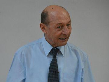"""Elena Udrea e inchisa in """"penitenciarul groazei"""" din Costa Rica, dar uite ce se intampla cu Traian Basescu. N-ai crezut ca o sa-l vezi vreodata langa aceste femei superbe"""