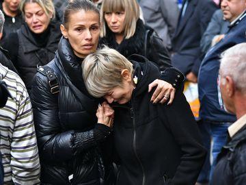 Imagini sfâşietoare de la funeraliile lui Ilie Balaci! Soţia lui, dărâmată de durere. Lorena, fiica cea mare, a avut şi ea nevoie de ajutor
