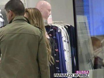 Cristi Boureanu şi Laura Dincă, împreună la cumpărături! Fostul politician şi-a însoţit iubita într-un magazin de lenjerie intimă