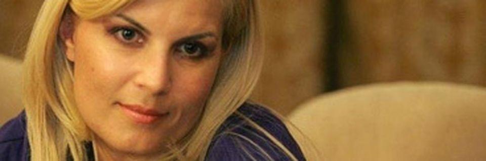 Imagini incredibile filmate la o zi de vizită în închisoarea în care se află Elena Udrea în Costa Rica! UIte în ce condiţii mizere trebuie să aştepte Adrian Alexandrov ca să-şi vadă logodnica VIDEO