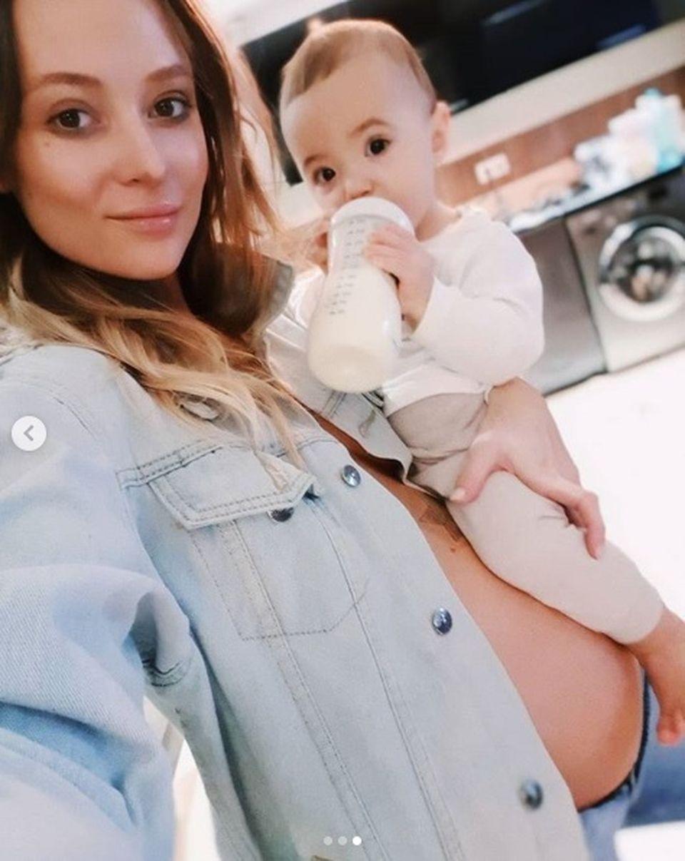 Gravidă în şase luni, sora Deliei arată fabulos! S-a pozat sexy, cu burtica de graviduţă la vedere, după ce a aflat care va fi sexul bebeluşului