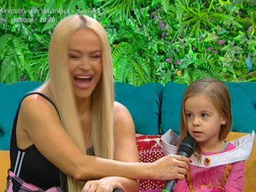 """Adorabilă! Ce răspuns supertare a dat fetiţa Andei Adam când Teo a întrebat-o pe Evelin """"Unde o pupă mami pe tati?"""" - Cântăreaţa a roşit instant"""