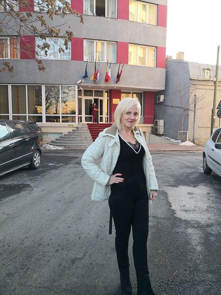 După ani buni, Anca Codrescu şi-a revăzut tatăl! Fiica adoptivă a actorului Constantin Codrescu a venit în ţară însă s-a cazat la hotel