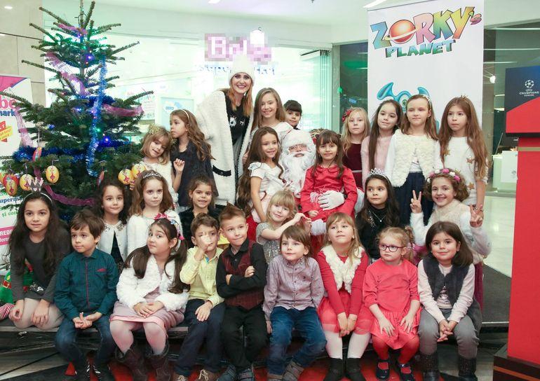 Alex Velea i-a impresionat pe copii la startul petrecerilor de Crăciun! Ce a făcut artistul pentru ei în urmă cu câteva zile!