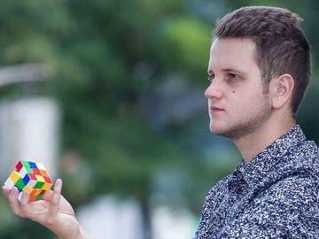 Îl mai ţii minte pe Flavian, românul care a câştigat un show de talente rezolvând cuburi Rubick? Cum arată şi ce face acum?