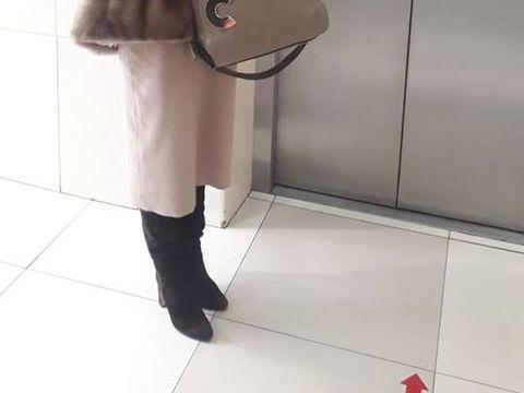 Clipe de coşmar! O cântăreaţă de muzică populară celebră a căzut în gol cu liftul
