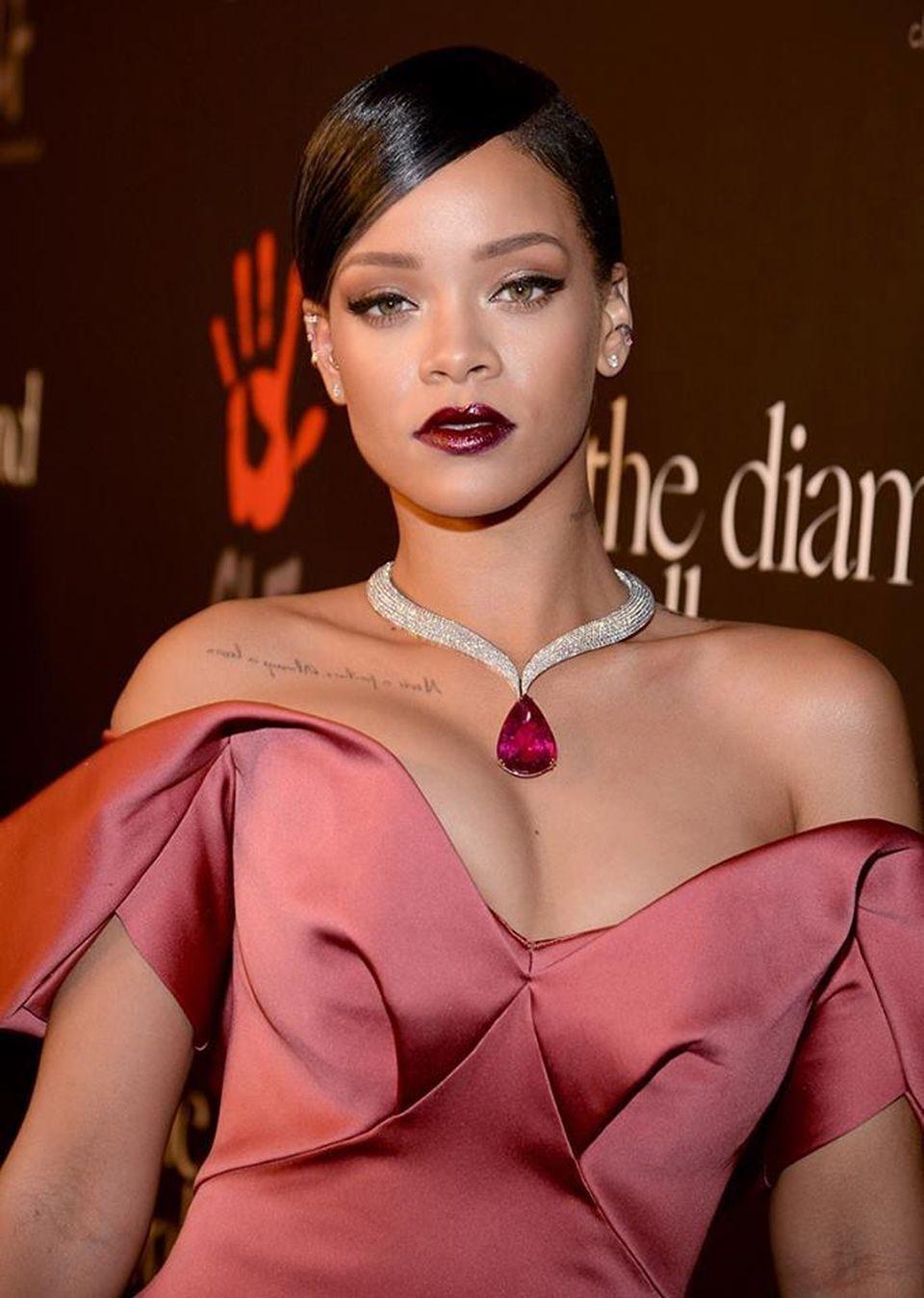 Rihanna şi-a dat în judecată tatăl! Motivul e uluitor