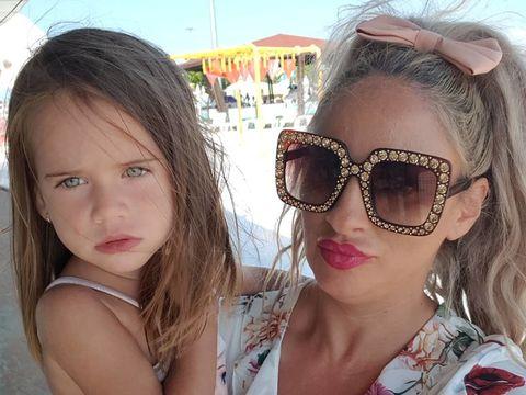 """Sânziana Buruiană, certată de toată lumea că încă îşi mai alăptează fiica, la trei ani! Cum a răspuns blondina: """"Şi până la majorat, dacă e nevoie"""""""