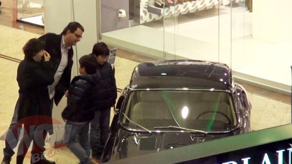 VIDEO! Familia lui Mandruta, pasionata de autoturisme de lux! Vezi cum studieaza o masina