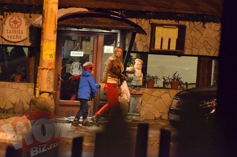 VIDEO! Romanita a reusit sa-si imprieteneasca iubitul cu fiul de Sarbatori, la munte. Imagini cu cei trei, pozand intr-o familie fericita