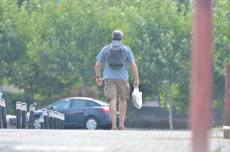 VIDEO! Adrian Cioroianu a iesit pe strada imbracat ca un student rebel! El se vrea tinerel, parul i-a ramas nitel