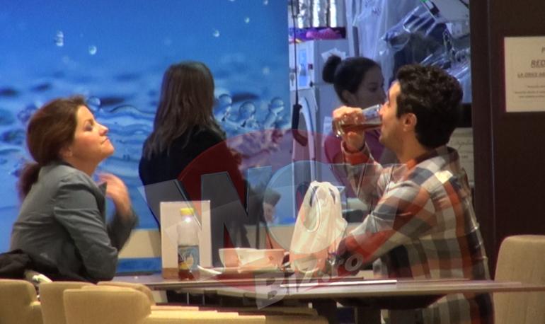 VIDEO | Imagini unice! Lucian este mare Don Juan! Nepotul lui Gigi Becali I-a sucit mintile unei tinere in mall Ea i-a cumparat cadou, l-a cinstit la o cafenea si i-a turnat suc in pahar mai ceva ca un ospatar