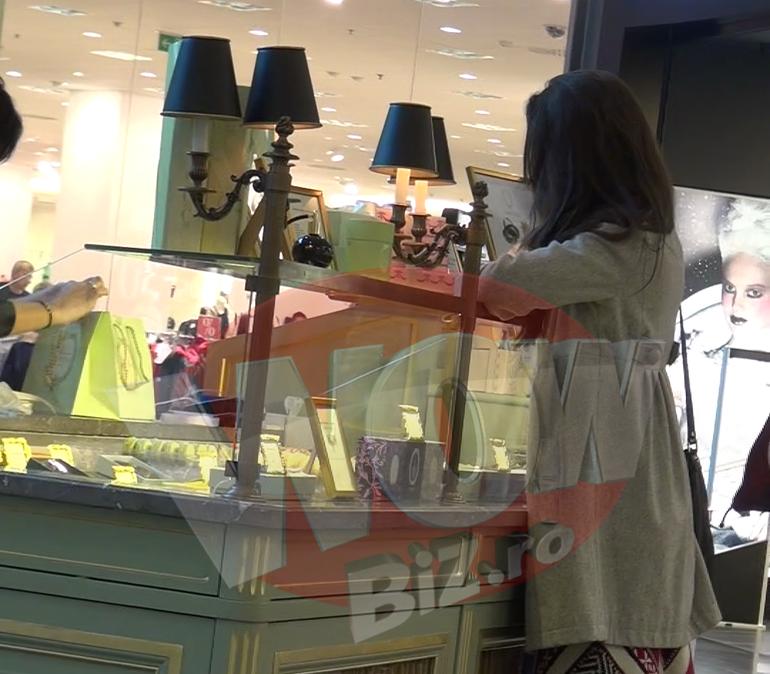 VIDEO Alina Puscas face orice pentru cadoul perfect! A asteptat minute in sir dupa o vanzatoare inceata