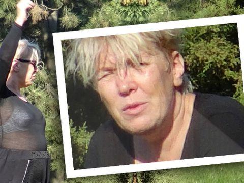 VIDEO EXCLUSIV! Silvia Dumitrescu intr-o bluza transparenta face sport in parc! Tinuta ei nu are nici o legatura cu fitness-ul! Imagini fabuloase cu artista in timp ce-i arata unei prietene ce muschi a facut la picioare