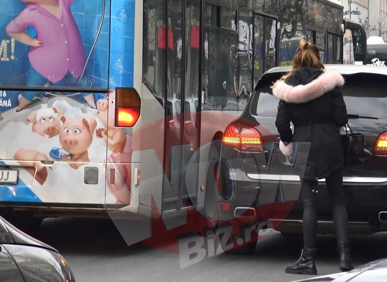 Bianca Dragusanu a oferit faza sfarsitului de an! Si-a parcat masina prost si a blocat-o un autobuz. Diva a stat 10 minute in frig pentru ca nu putea sa mai urce la volan! A facut deliciul calatorilor! VIDEO EXCLUSIV