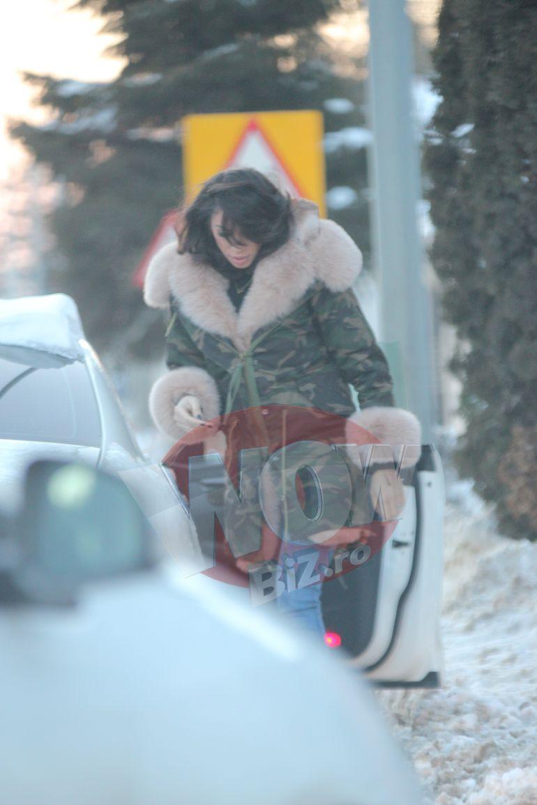 O mamica model! Raluca Pastrama s-a chinuit prin nameti sa-si duca fetita in brate, pana la masina!