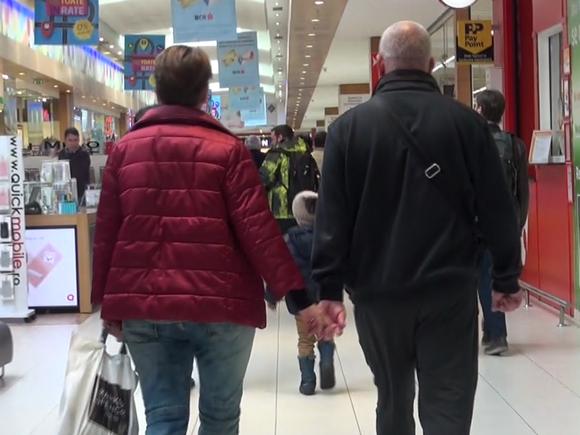 Bogdan Uritescu, cu sotia, la cumparaturi! Cum arata nora marelui actor Valentin Uritescu VIDEO
