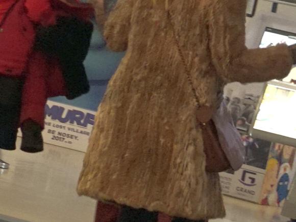 Ce aroganta! Dana Savuica a defilat prin mall cu o haina de blana de 2.000 de euro!!! VIDEO EXCLUSIV