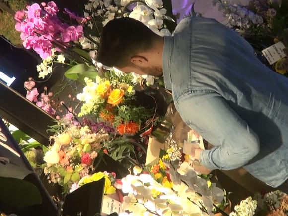 VIDEO EXCLUSIV. Ce romantic e Nadir. De 1 Martie, cantaretul i-a cumparat flori prietenei lui si a scos-o la film