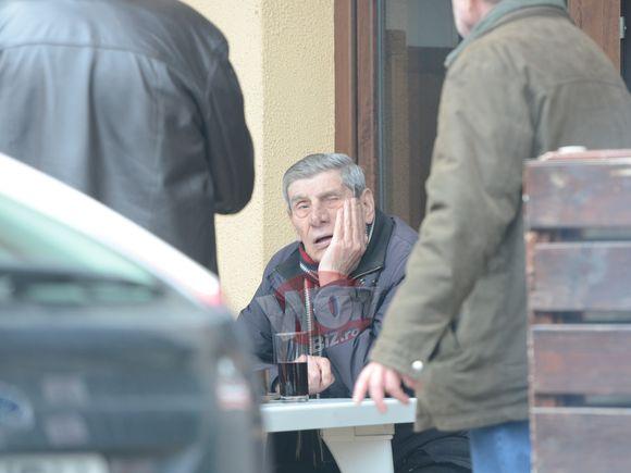 Nea Mitica a atipit la una mica!! Pe maestrul Mitica Popescu l-a furat somnul la carciuma lui preferata din cartier. Astea sunt cele mai tari imagini ale primaverii | VIDEO EXCLUSIV