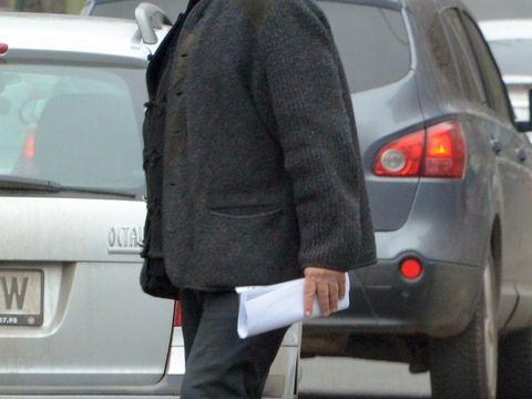 Mircea Dinescu, plimbare haotica prin nordul Capitalei! Poetul s-a invartit pe cateva strazi, tinand in mana un manuscris important! VIDEO EXCLUSIV