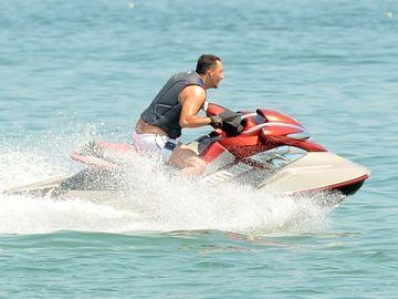 """Stefan Stan, in rolul """"lupului singuratic"""" la mare! Nu-l insoteste nicio domnisoara in plimbarile lui cu ski-jet-ul VIDEO EXCLUSIV"""