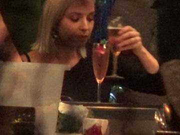 Diana Dumitrescu isi traieste viata din plin, la o tigara electronica si un pahar de vin! Avea nevoie de o iesire cu fetele VIDEO