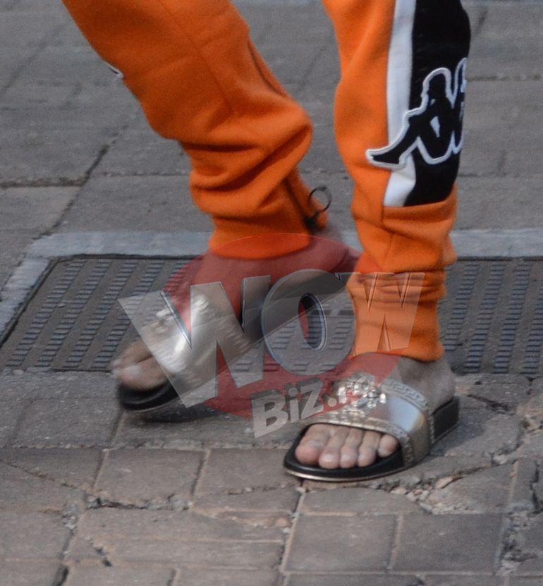 Antonia i-a dat papucii lui Velea... la propriu! Artistul a comis-o rau de tot: a purtat papuci Versace la pantaloni de trening portocalii! Romeo Fantastik va fi gelos pe stilul lui Velea VIDEO EXCLUSIV