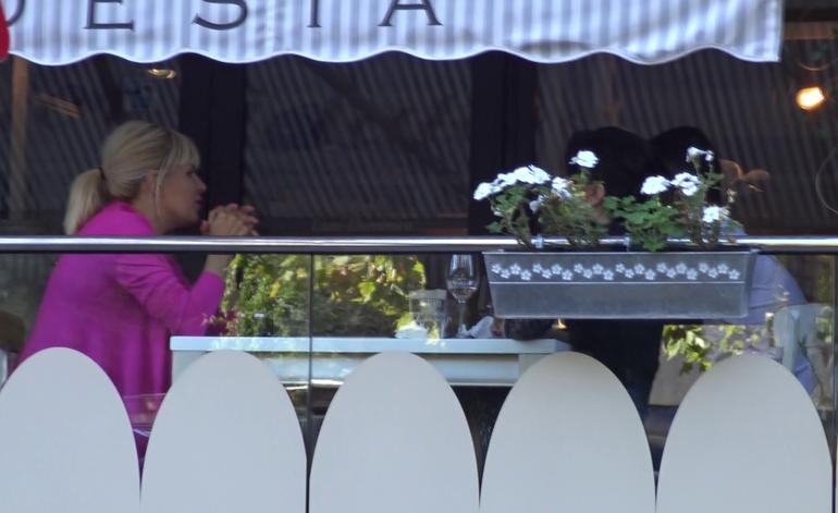 Elena Udrea si-a asortat rujul cu sacoul si-a tinut lectii de viata unor tineri! Vremea buna de afara ii da chef de viata celebrei blondine VIDEO EXCLUSIV