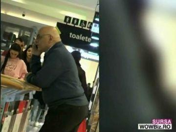 Raed Arafat, singur si ingandurat, la cumparaturi de pijamale!