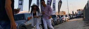 Carmen Minune a venit la mare cu un alt barbat decat iubitul oficial! Cum s-a imbracat fiica manelistului in club? VIDEO EXCLUSIV