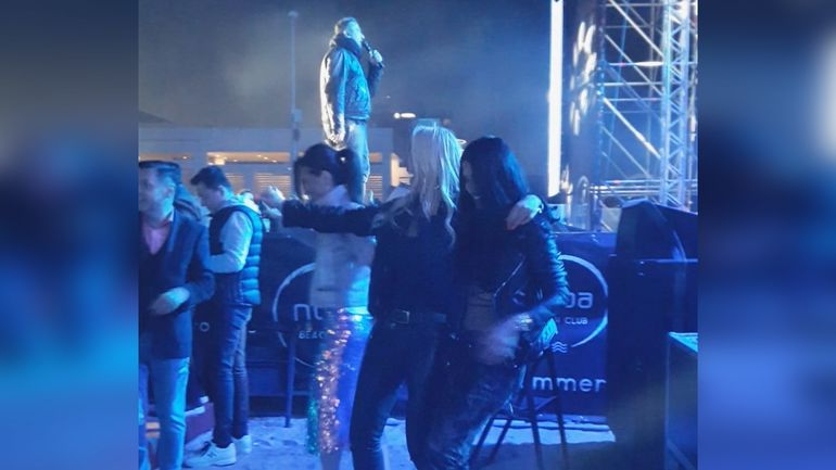 Cruduta si Vica, show total intr-un club din Mamaia! Cele doua bombe sexy s-au incins pe ritmuri grecesti! VIDEO EXCLUSIV