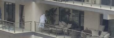 Ilie Nastase, surprins in ipostaze absolut fabuloase! Ce facea sotul lui Brigitte Sfat, pe balcon, la mare, imbracat doar cu un halat? | Video paparazzi